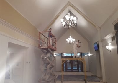 travaux peinture de plafond en hauteur avec plateforme élévatrice, travaux de peinture institutionnelle